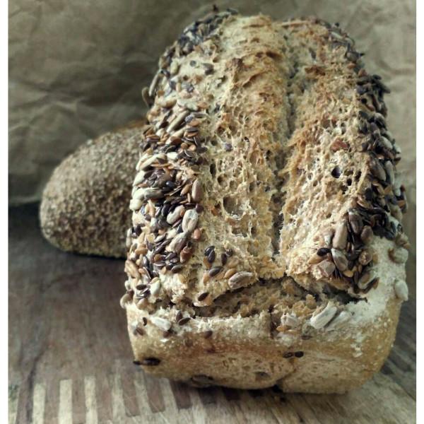 Pan integral de trigo con lino y girasol. / Pura Vida Horno de leña